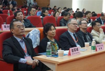主持人宣布论坛开幕并介绍与会嘉宾 - 赵军峰